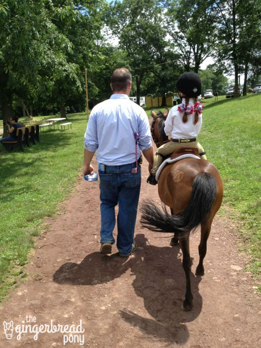 dad-walking-pony-horse-show